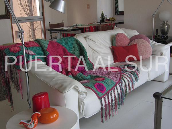 pie de cama flecos flores 48 - Decoración con aire hippie chic: tejidos con fleco