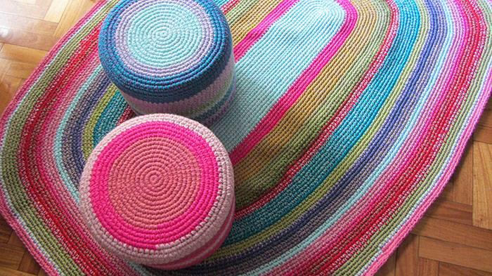 alfombra ovalada tejida puff1 1 - Alfombra y puff para decorar un cuarto infantil