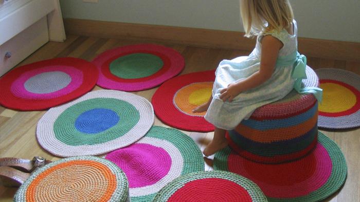 alfombra redonda crochet nursery 1 - Alfombras tejidas para un cuarto infantil