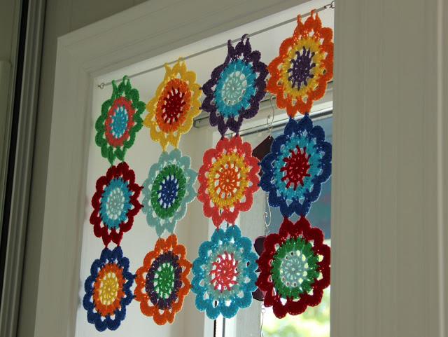 crochet flor cortina ventana 1 - Cortinas con flores tejidas al crochet