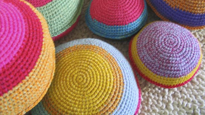 almohadones crochet redondos - El crochet está de moda. Almohadones tejidos