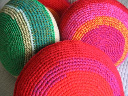 Almohadones redondos tejidos a pedido en crochet