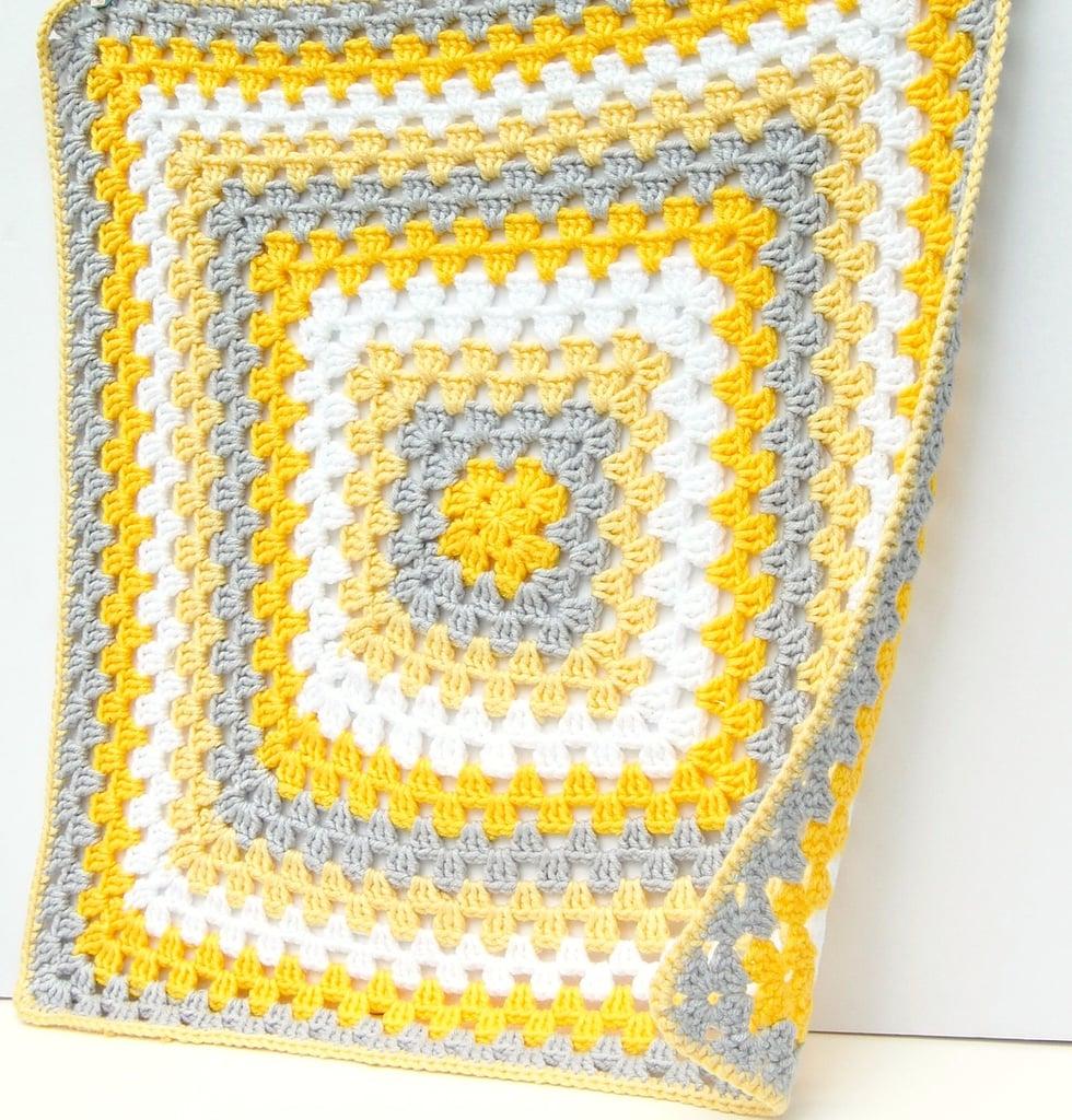 manta amarilla bebe crochet 1 - El beneficio de poder tejer en cualquier lugar
