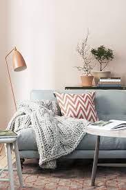 mantas puertaalsur - Cómo acomodar una manta decorativa sobre un sofá